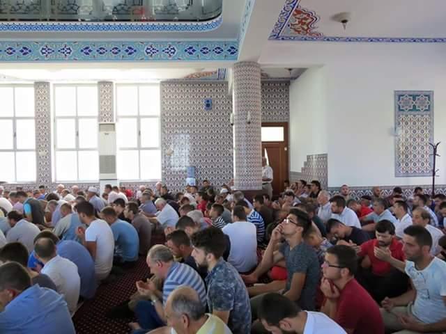 Lutja e Hatmes së Kur'anit tejmbush xhaminë e Parrucës