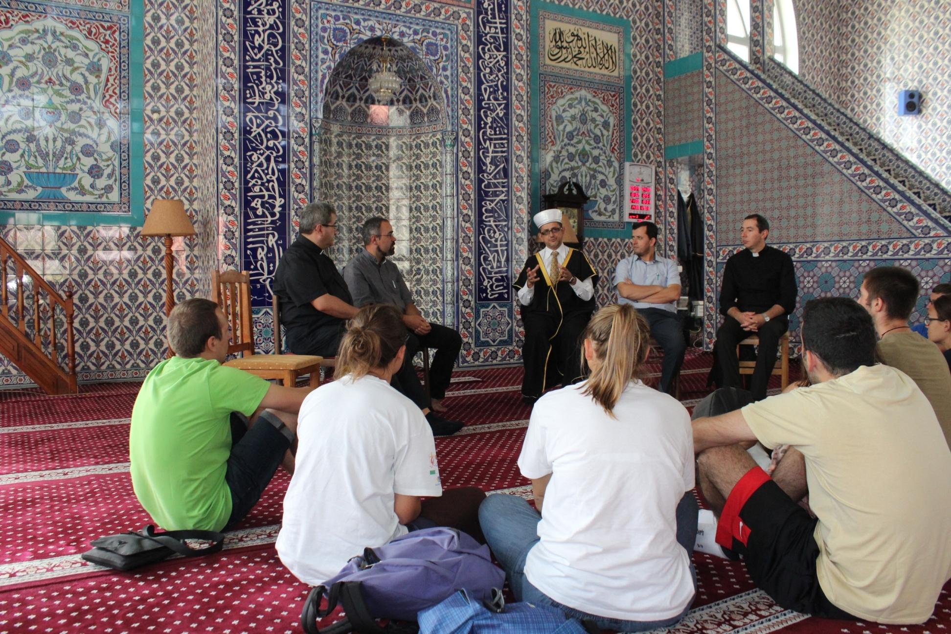 Një grup studentësh, seminaristë katolikë të Milanos vizitojnë xhaminë e Parrucës