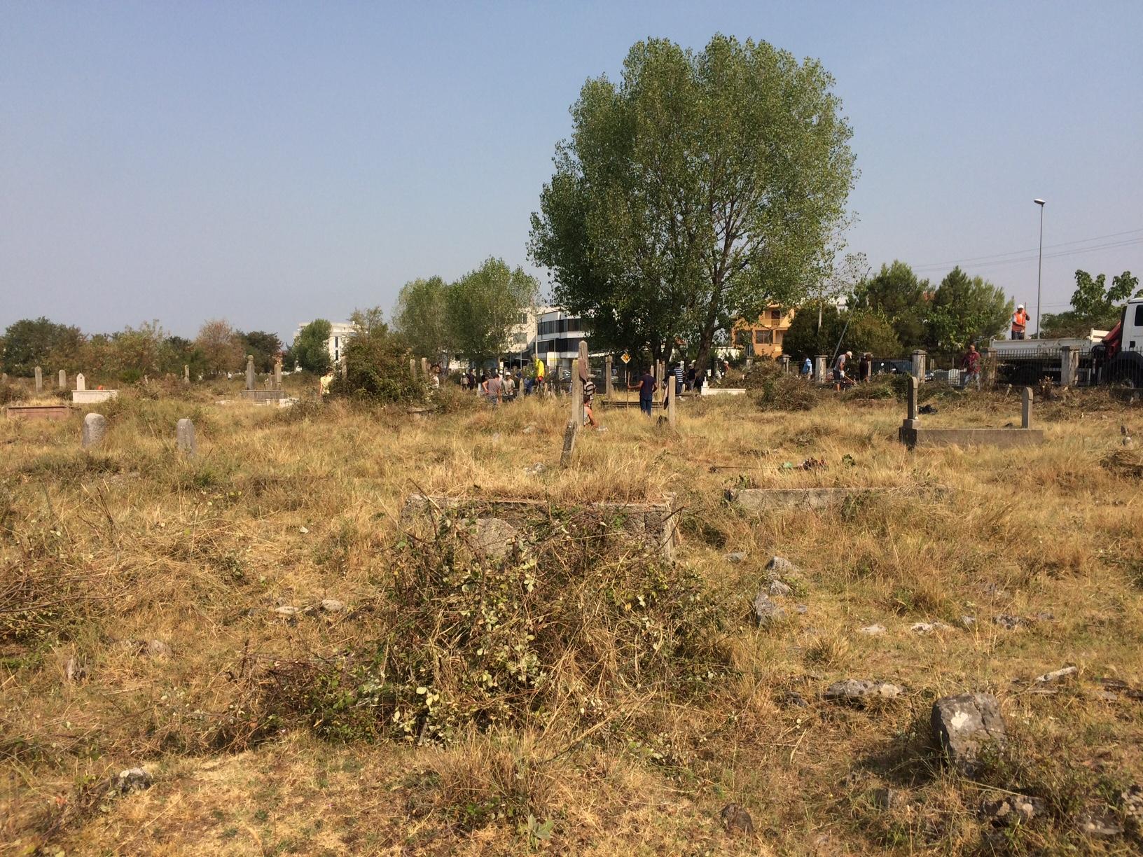 """Nisëm vullnetare nga institucionet vendore për pastrimin e varrezave myslimane """"Komane"""""""