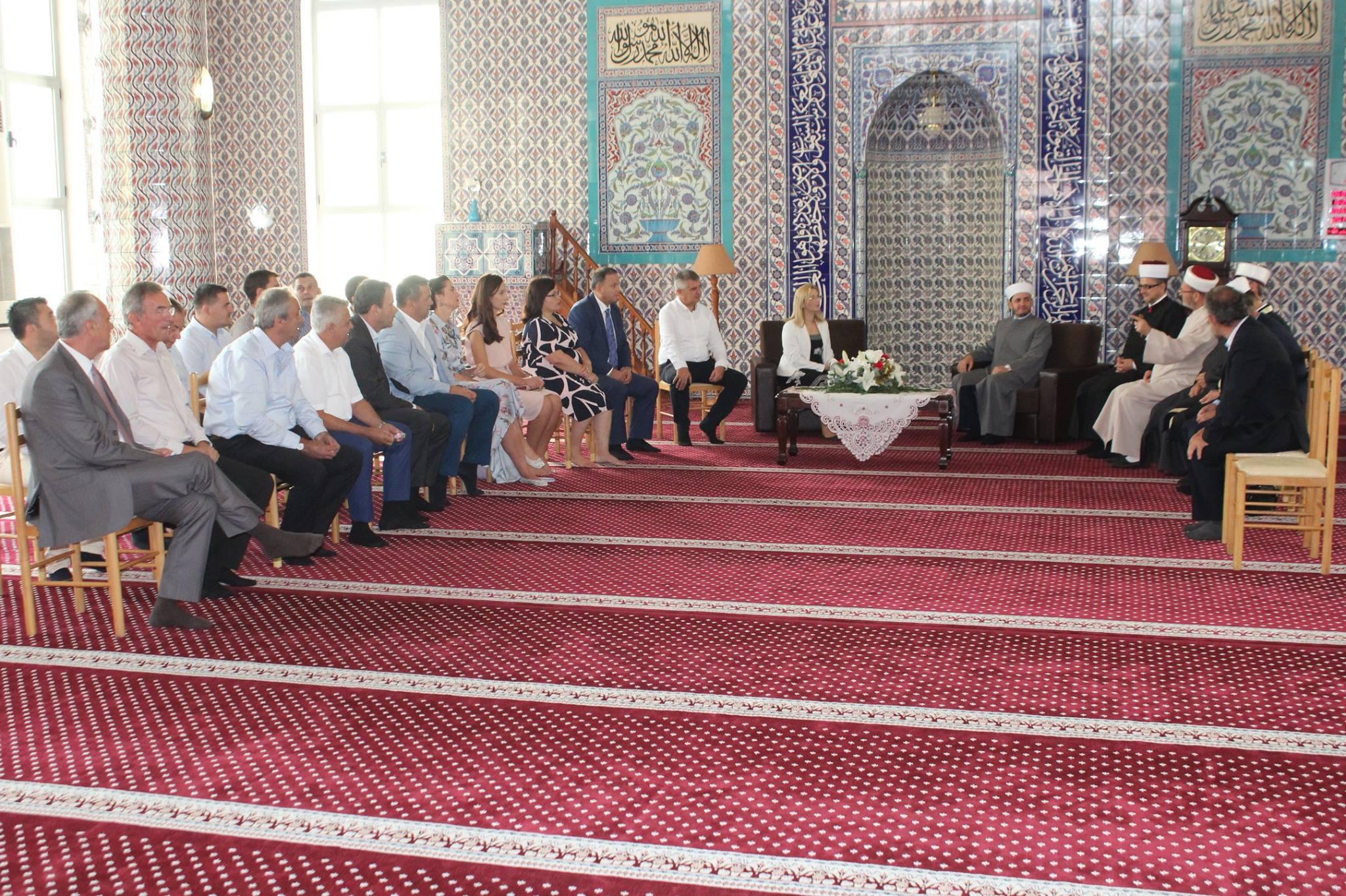 Miq dhe vizitorë vijnë për të uruar festën e Kurban Bajramit