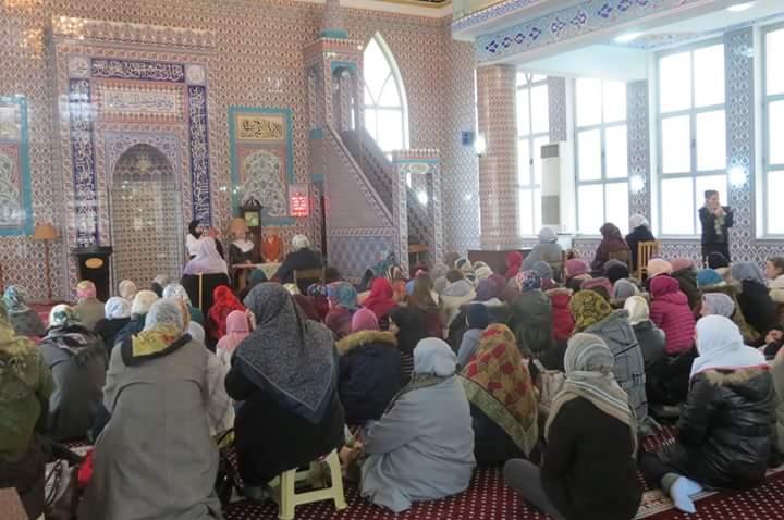 Tribuna fetare e motrave besimtare mbush xhaminë e Parrucës