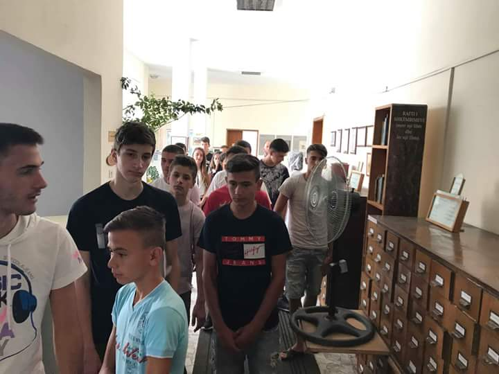 Një grup nxënësish vizituan bibliotekën e qytetit