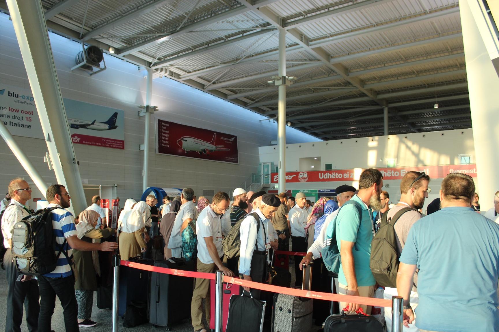 48 haxhilerë nga Shkodra u nisën për të kryer Haxhin e sivjetshëm…