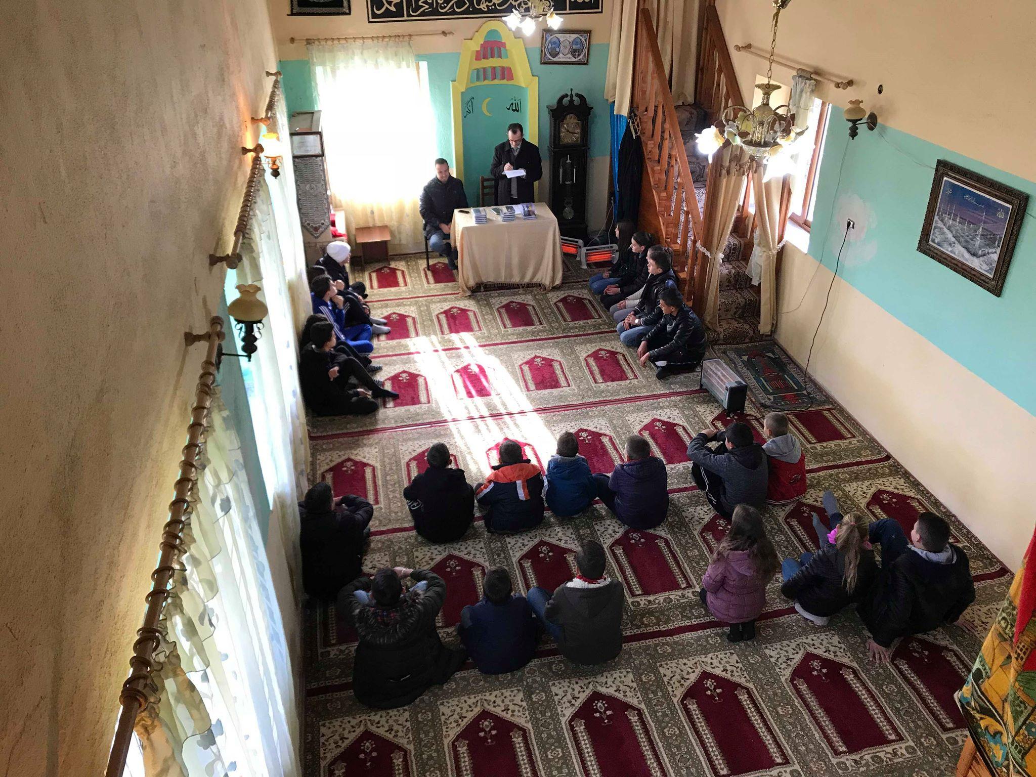 """Aktiviteti i radhës """"Të mësojmë dhe argëtohemi"""" në xhaminë Velinaj"""