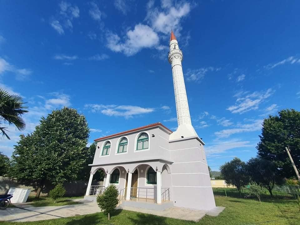 Përfundojnë punimet dhe lyerja e xhamisë së fshatit Bardhaj