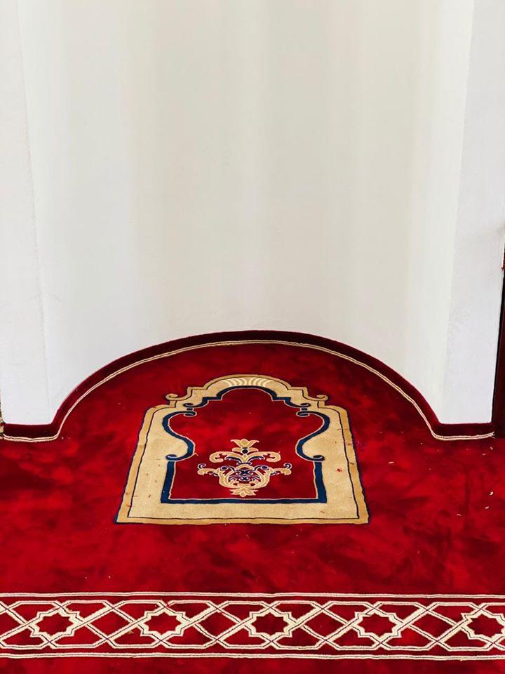 Xhamia e Dërgutit zbukurohet me tapetin e ri