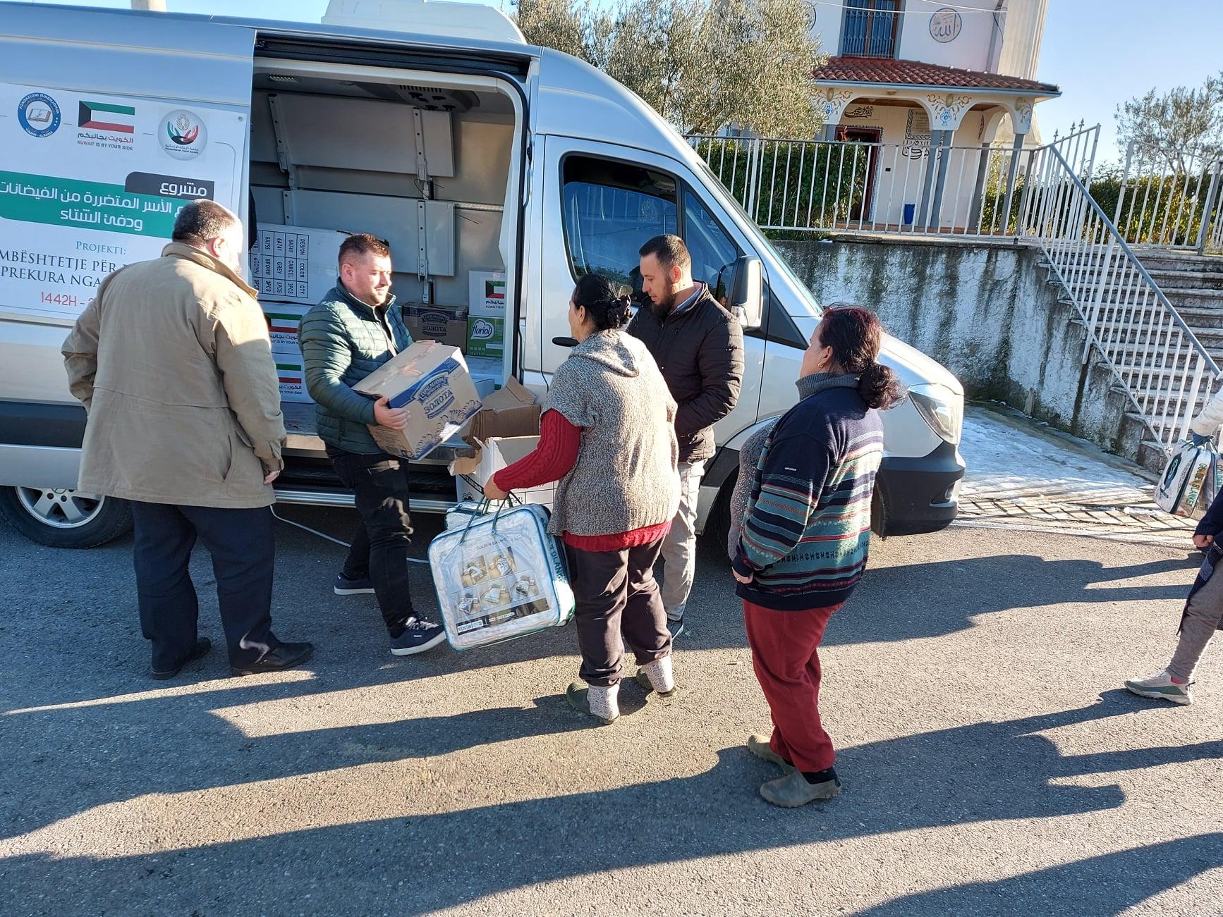 """Myftinia Shkodër dhe fondacioni """"Mirënjohja"""" ndihmojnë banorët e zonës së Oblikës(10)"""